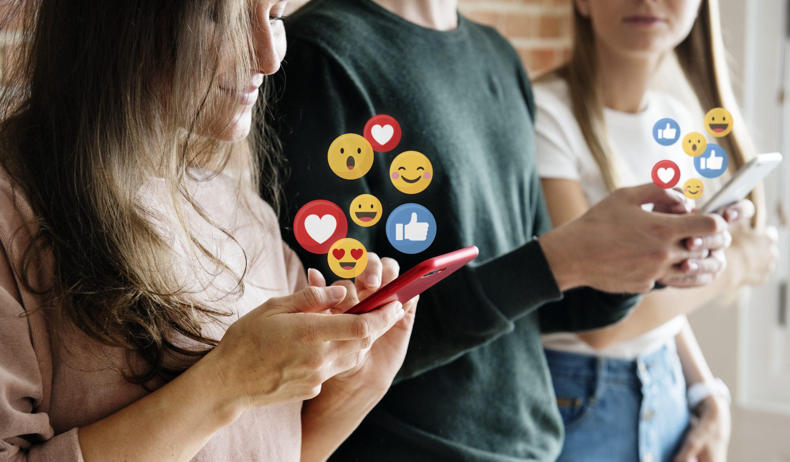 Mujer usando redes sociales